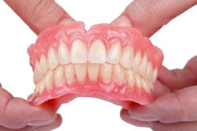 Răng giả tháo lắp nhựa dẻo toàn phần